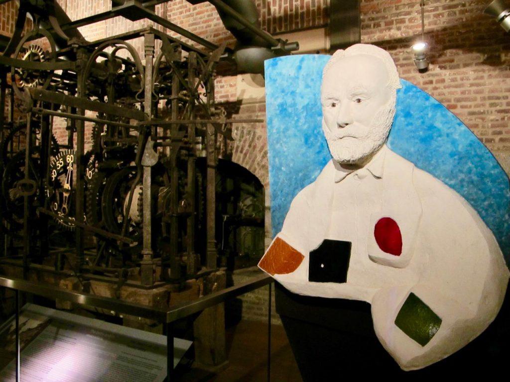 Mons beffroi Victor Hugo est présent à l'intérieur de la tour