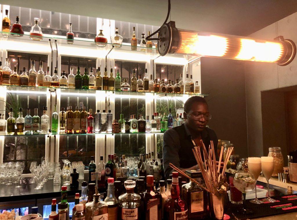 lille-bar-a-vin-coke-barman