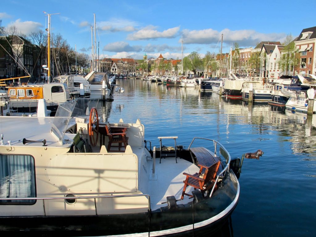 pays-bas-dordrecht-bateaux-en-ville