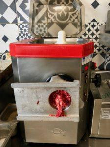 Montreuil-sur-mer-burger-fermier-du-pied-de-boeuf-machine-a-viande