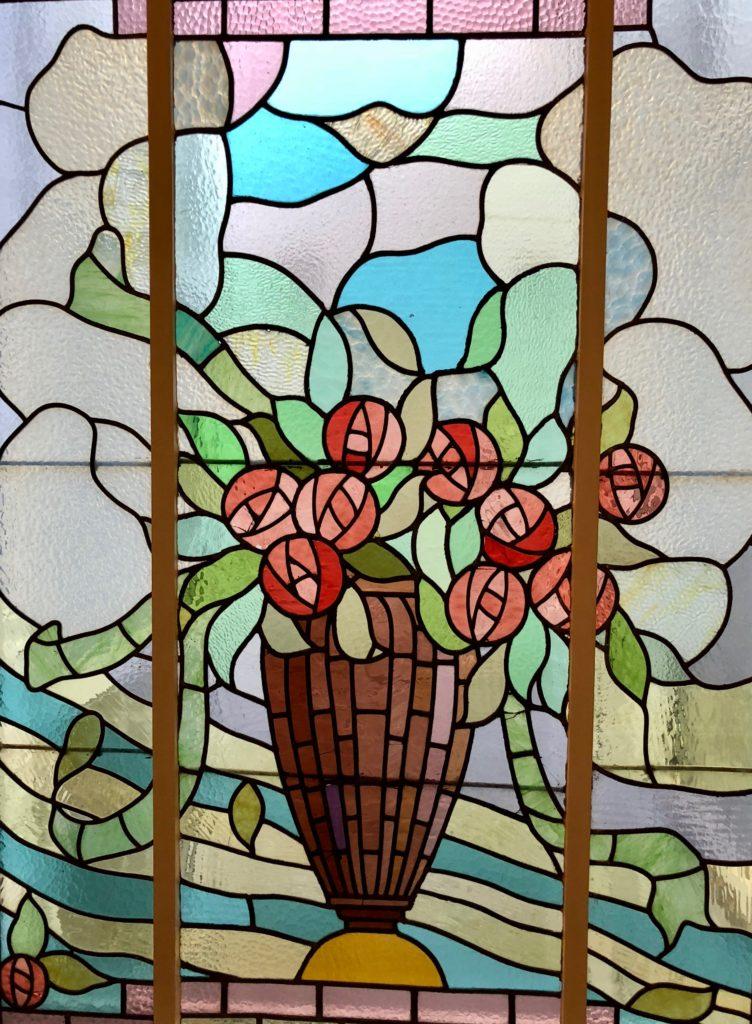 Maison d'hôtes À un train d'ici Tournai Belgique - vitrail Art Déco avec roses