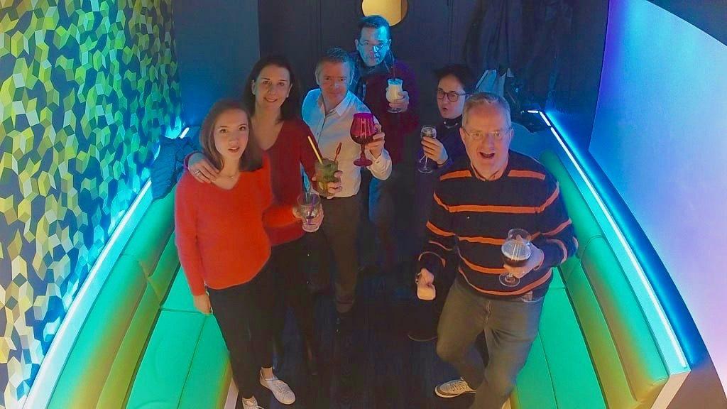 Groupe avec boissons dans la salle Cubes - KaraFun Bar de Lille