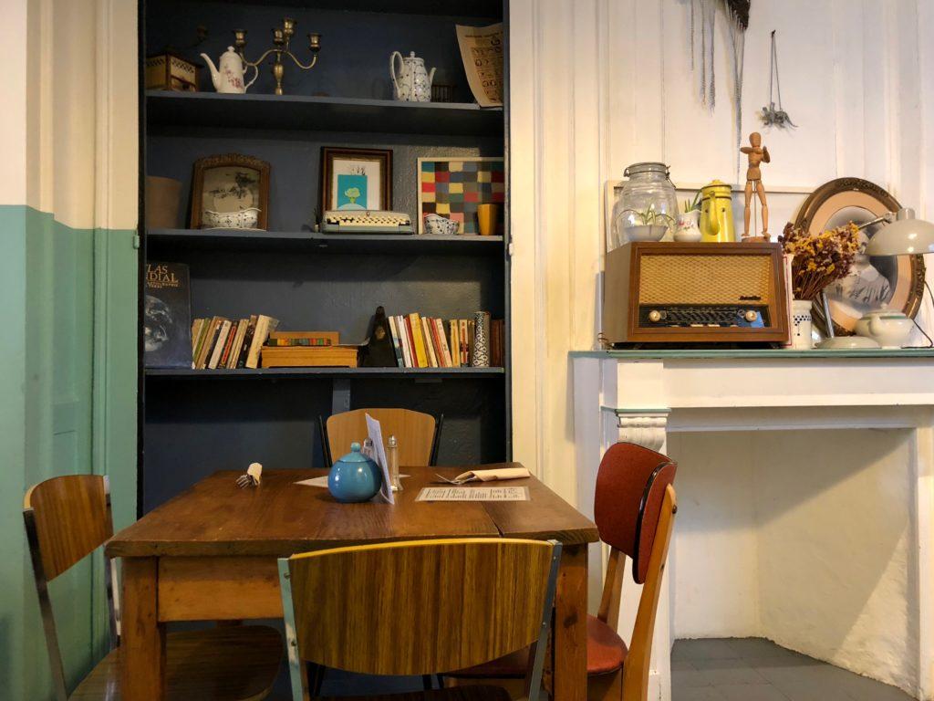 lille-chez-leontine-table-pres-cheminee-et-etagere