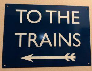 """Panneau """"To the trains"""" - Train Hostel à Bruxelles Belgique"""