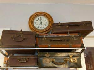 Pendule et vieilles valises - Train Hostel Bruxelles Belgique