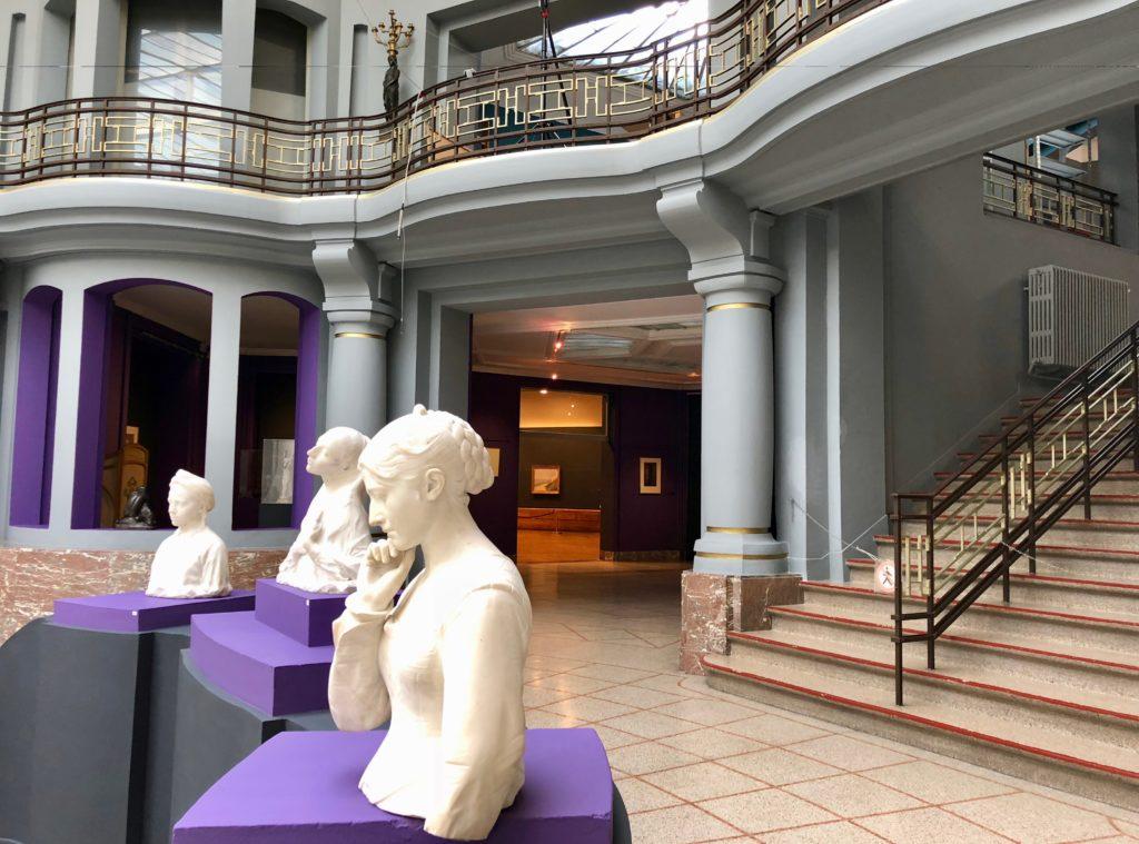 Fond atrium central et escalier musée Beaux-Arts de Tournai Belgique