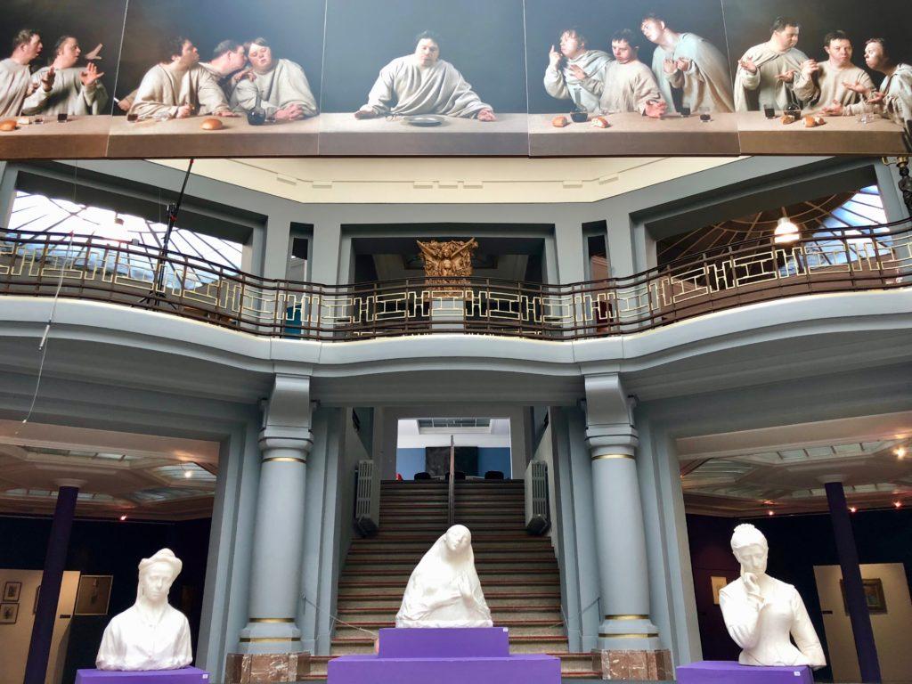 Trois statues au fond de l'atrium central du musée des Beaux-Arts de Tournai Belgique