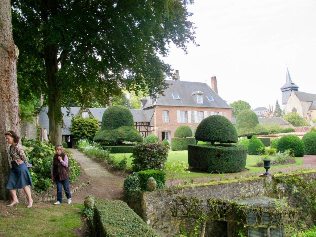 Deux femmes au Jardin des ifs Gerberoy Oise