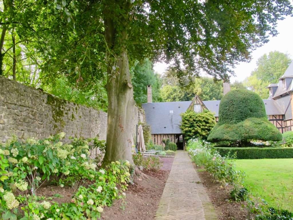 Mur d'enceinte autour Jardin des ifs Gerberoy Oise