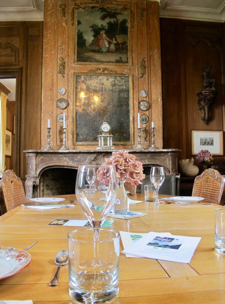 Table devant la cheminée - restaurant Jardin des ifs Gerberoy Oise