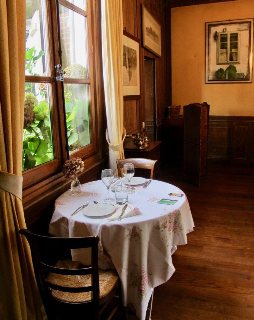 Table près de la fenêtre - restaurant du Jardin des ifs Gerberoy Oise