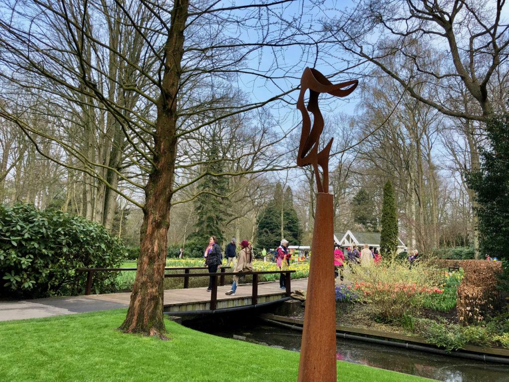 Vue parc floral avec sculpture cntemporaine - Keukenhof Pays-Bas
