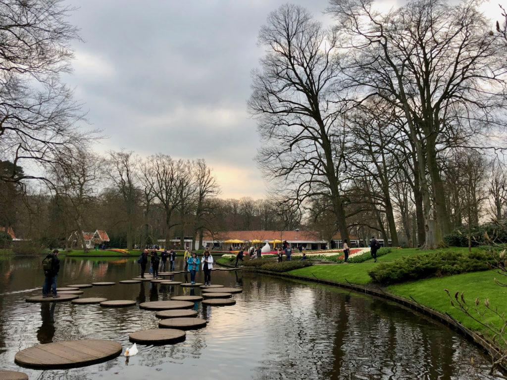 Plan d'eau avec pas de géant - Keukenhof Pays-Bas