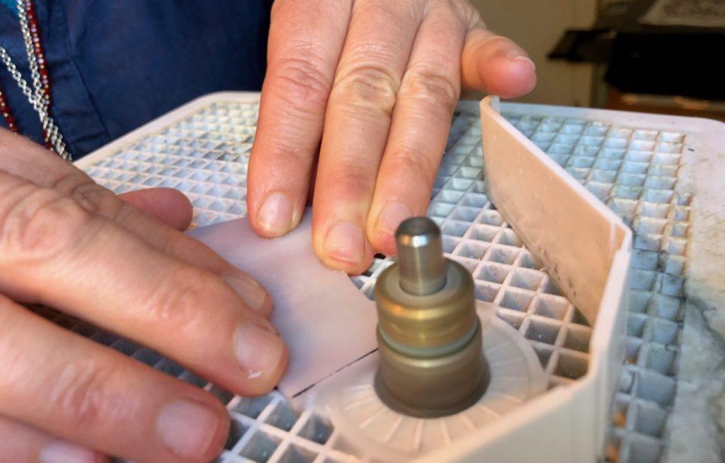 Verronimo fabrication vitrail Tiffany etape meuleuse