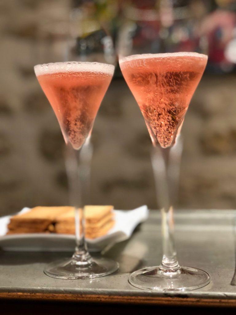 Deux flûtes de champagne rosé