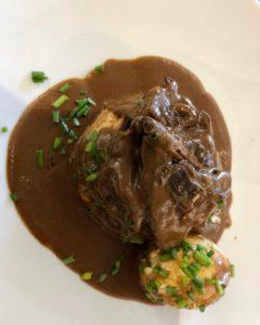 Tarte fine à la cerise boeuf confit sauce vin rouge et oeuf mollet - Sylvain Suty restaurant Dormans Marne