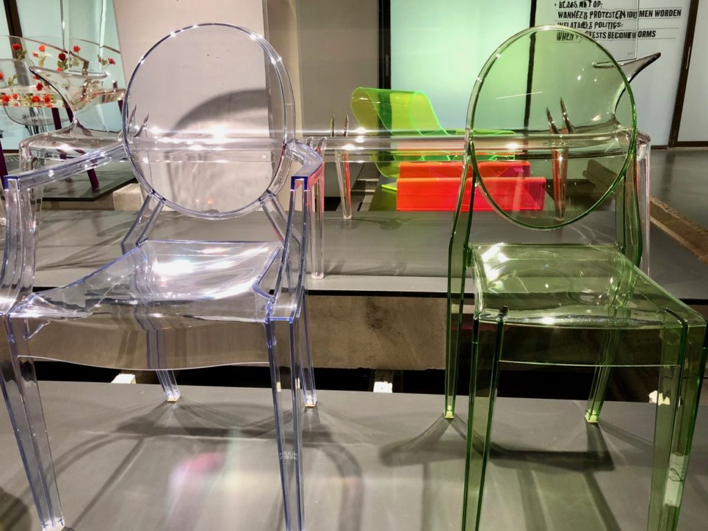 Fauteuil et chaise Phlippe Stark - musée ADAM Bruxelles Belgique