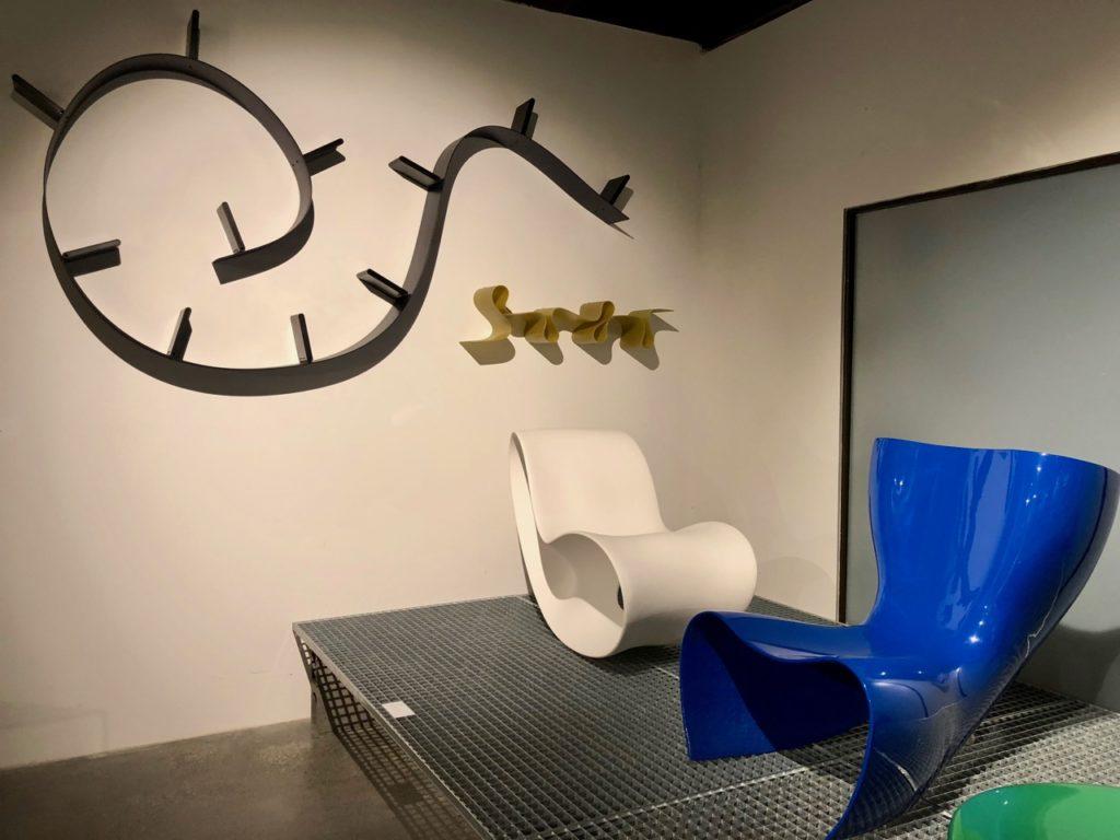 Deux sièges plastique - musée ADAM Bruxelles Belgique