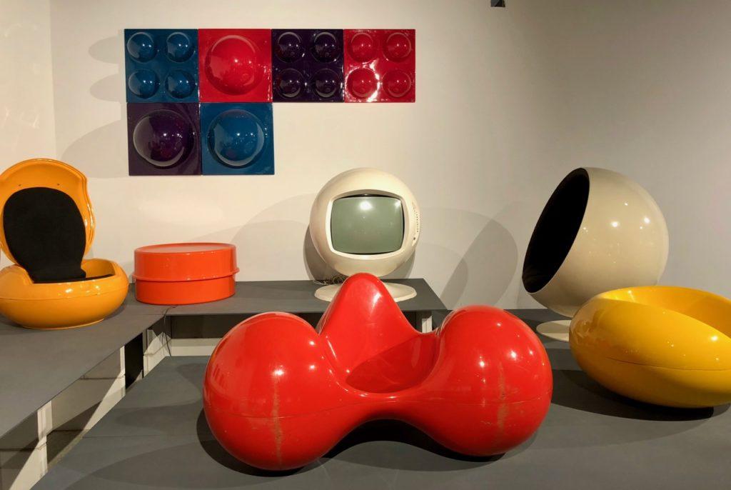 Divers sièges en plastique - musée ADAM Bruxelles Belgique
