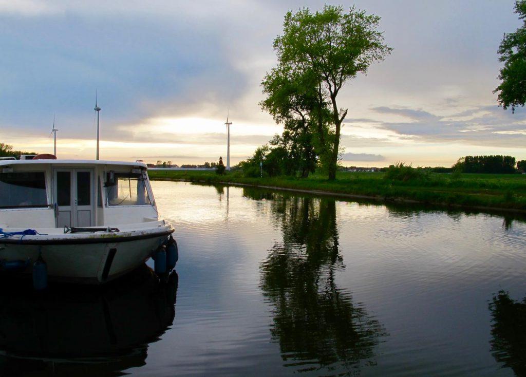 Belgique Nieuport Homeboat sur canal passendale sur fond d'éoliennes un soir d'été