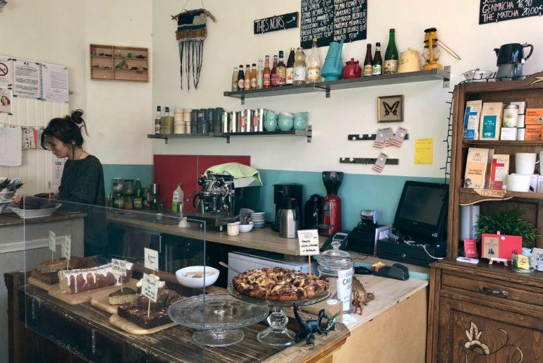comptoir du salon de thé Chez Léontine à Lille avec gâteaux en vitrine