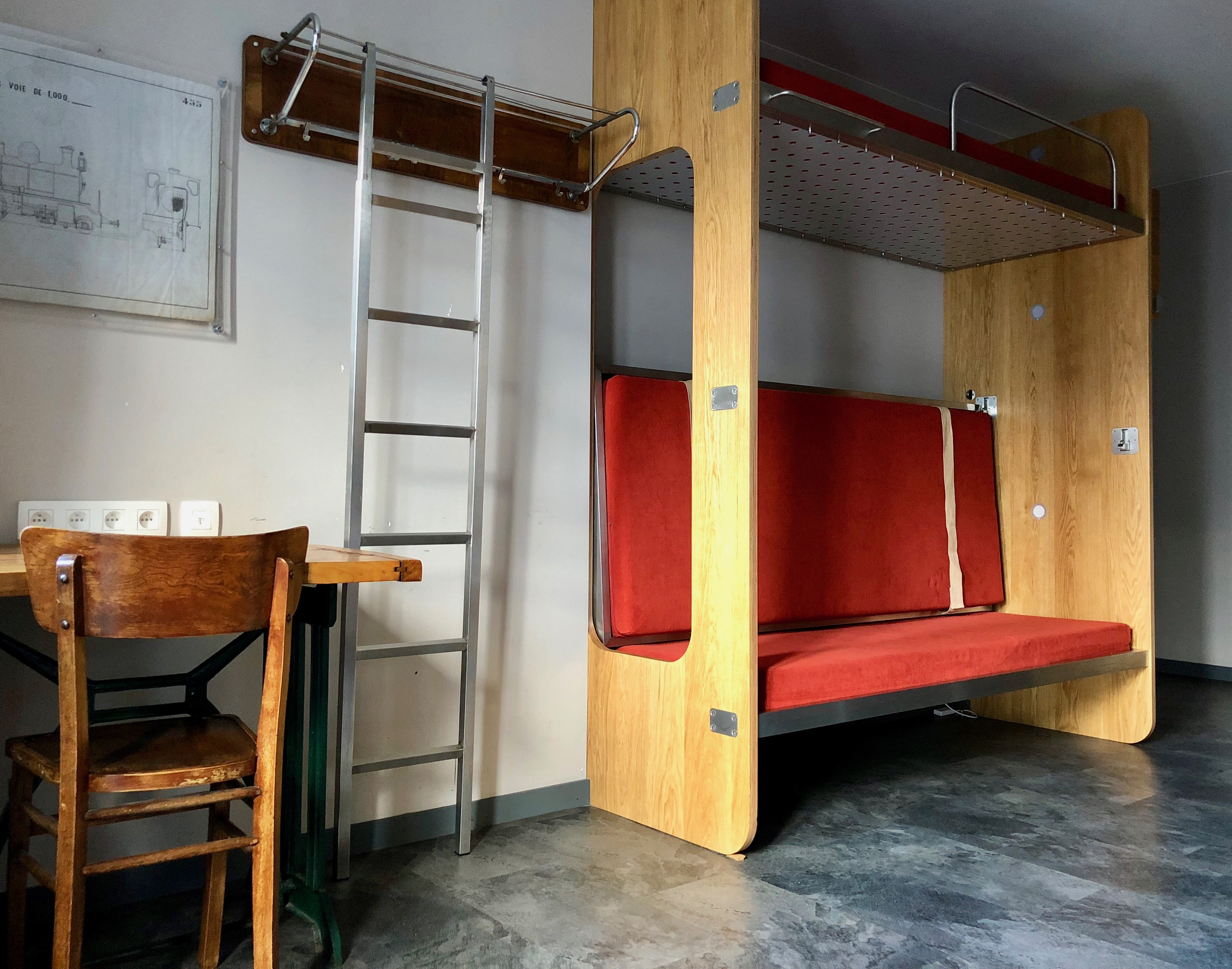 chambre avec bureau train hostel bruxelles belgique plus au nord. Black Bedroom Furniture Sets. Home Design Ideas
