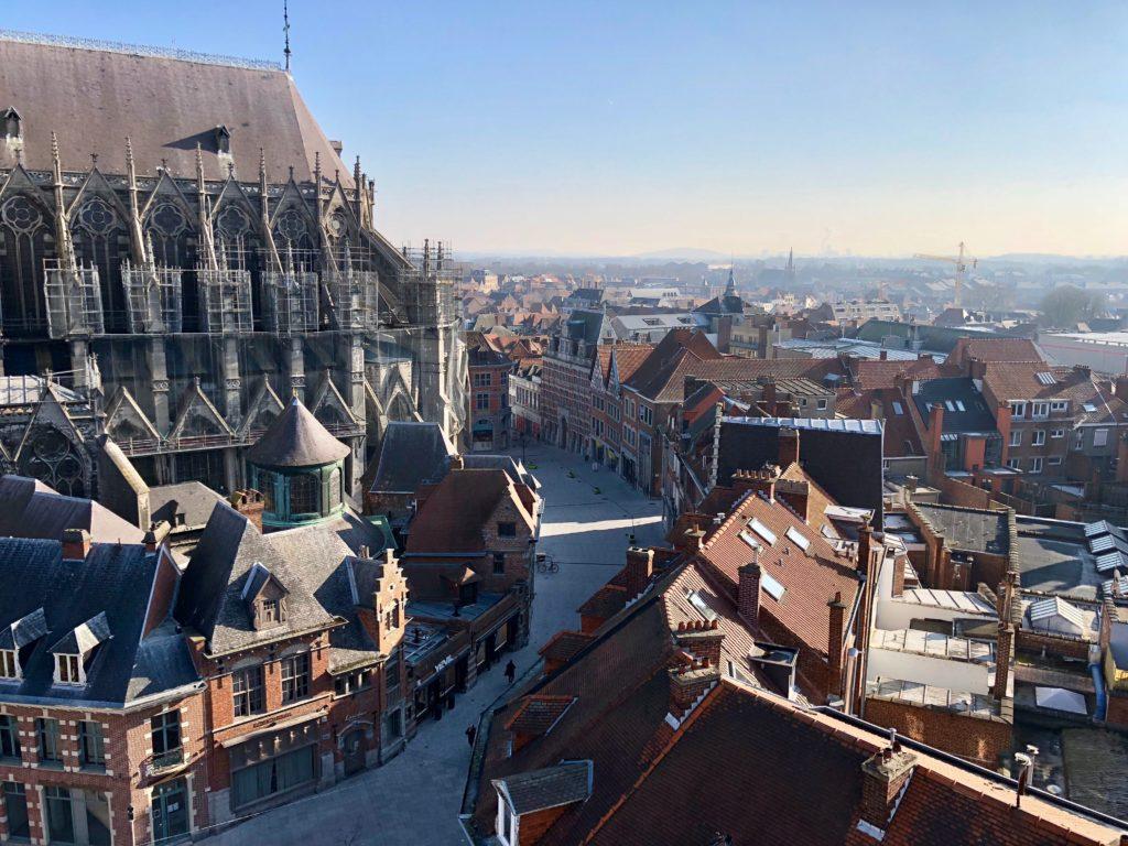 Côté cathédrale et quartier historique - vue du beffroi de Tournai Belgique