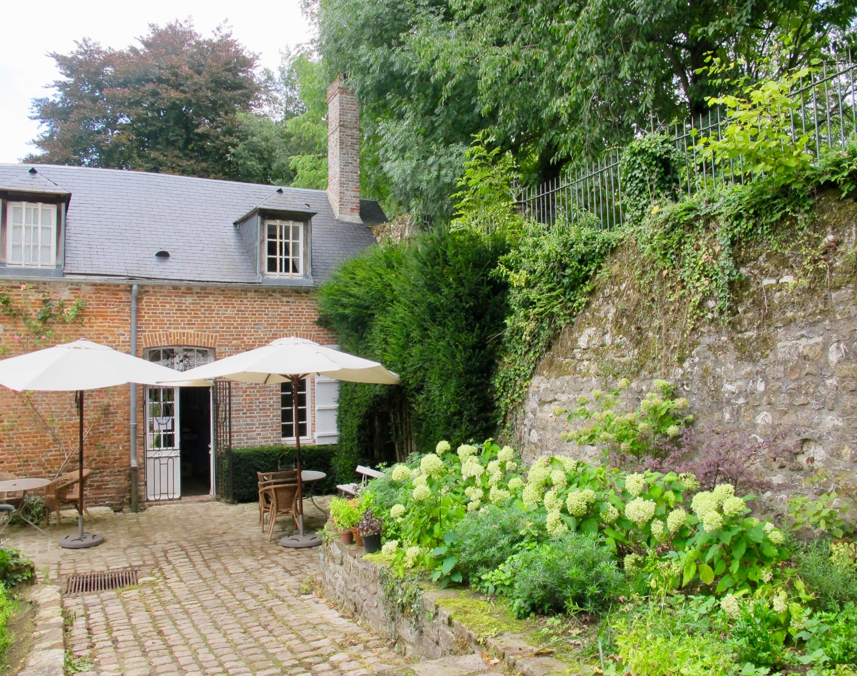 Tables Dehors Cote Entree Jardin Des Ifs Gerberoy Oise