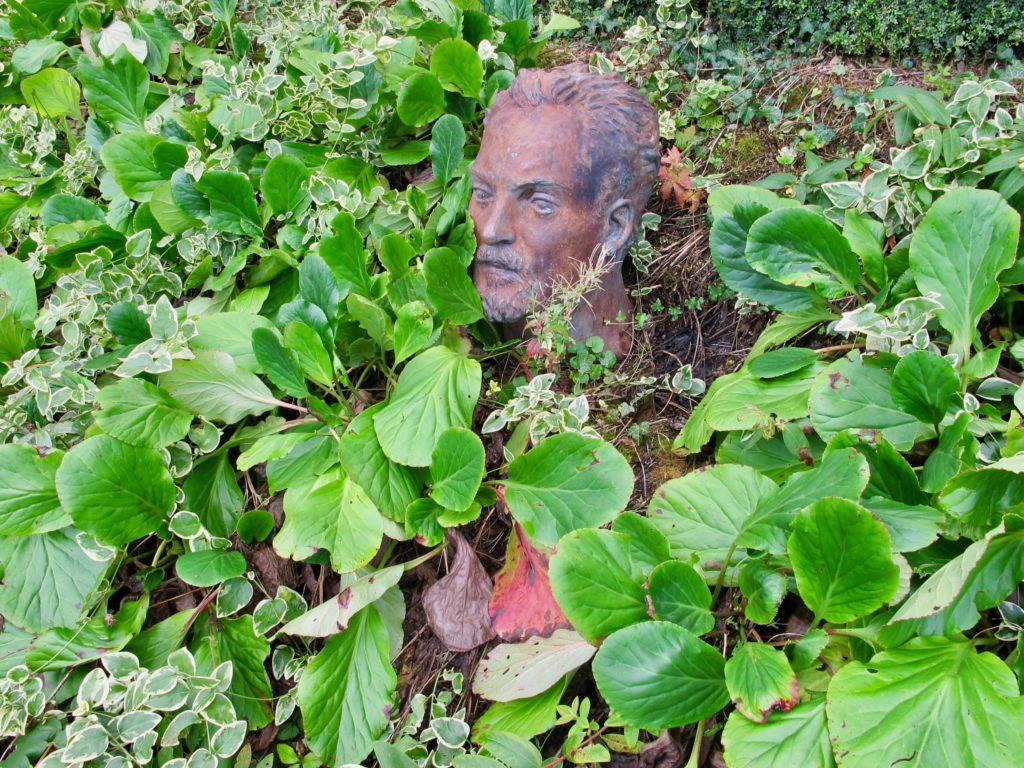 Tête dans la verdure - Jardin des ifs Gerberoy Oise