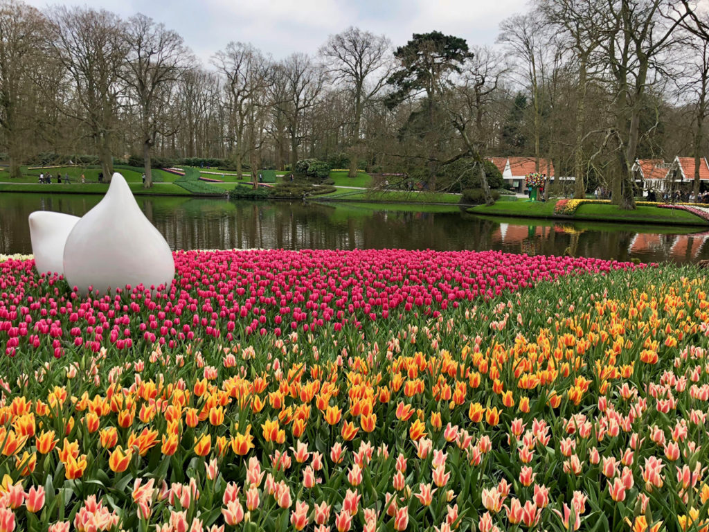 Parterre tulipes multicolores et sculpture contemporaine - Keukenhof Pays-Bas