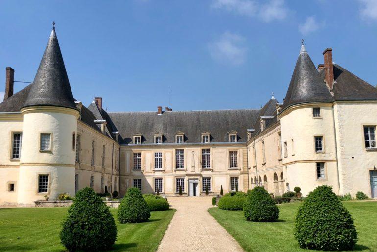 Château de Conde-en-Brie - extérieur avec ciel bleu
