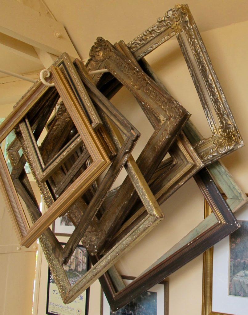 Cadres suspendus dans atelier peintre - Jardins Henri le Sidaner Gerberoy Oise