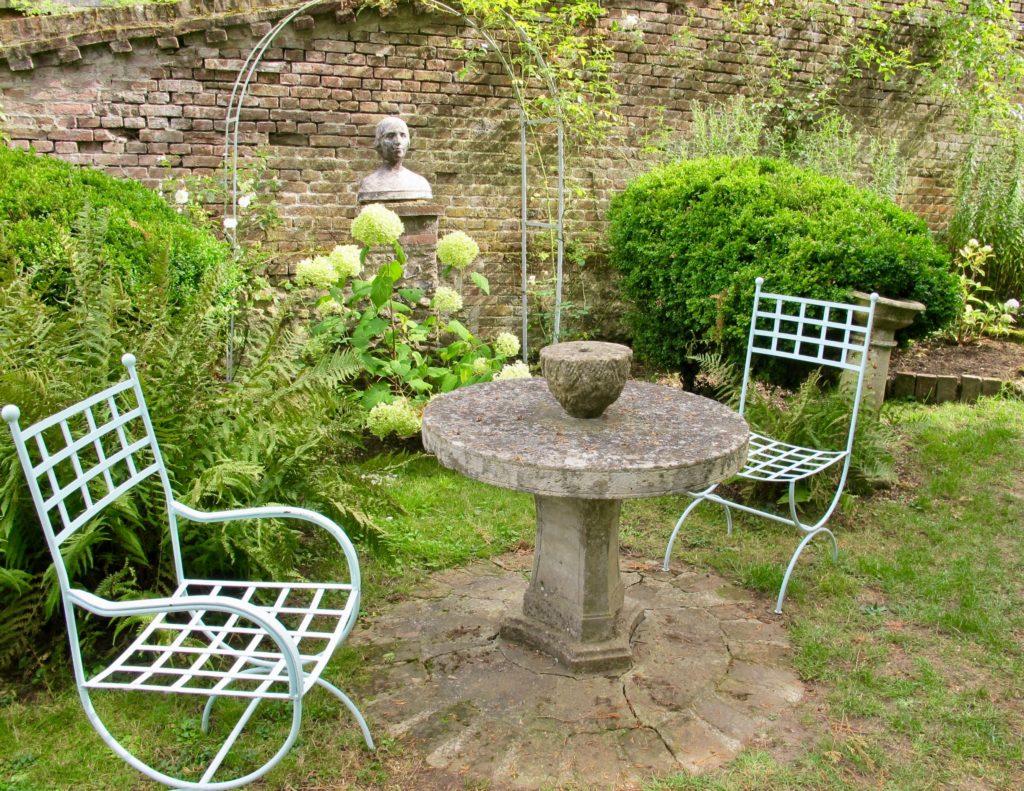 Mobilier jardin du jardin blanc - Jardins Henri le Sidaner Gerberoy Oise
