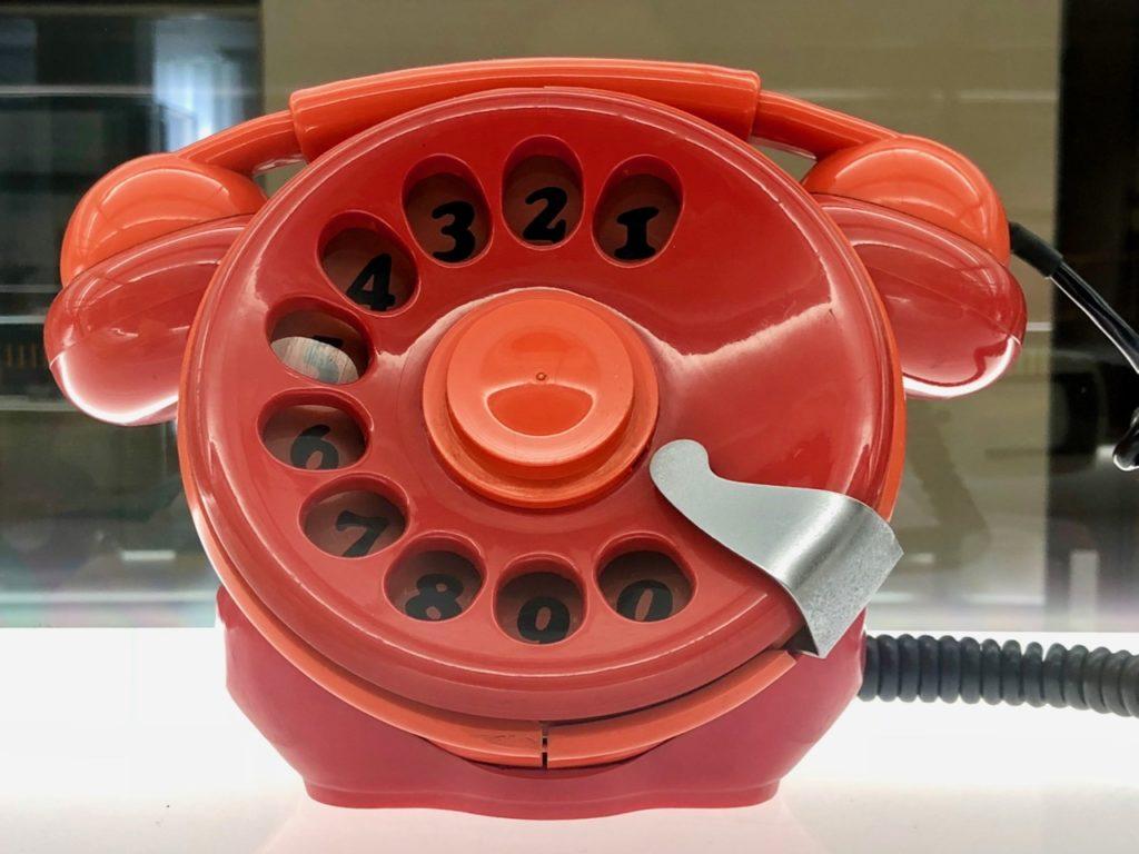 Téléphone orange en plastique - musée ADAM Bruxelles Belgique