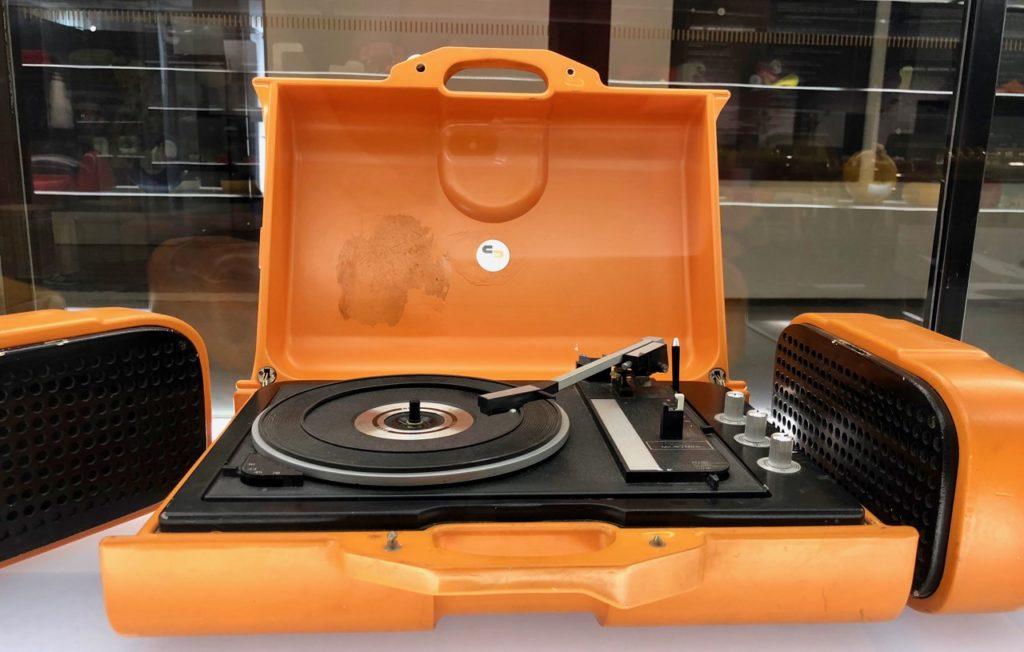 Tourne disques orange - musée ADAM Bruxelles Belgique