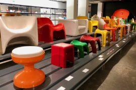 Sièges en plastique musée ADAM Bruxelles Belgique