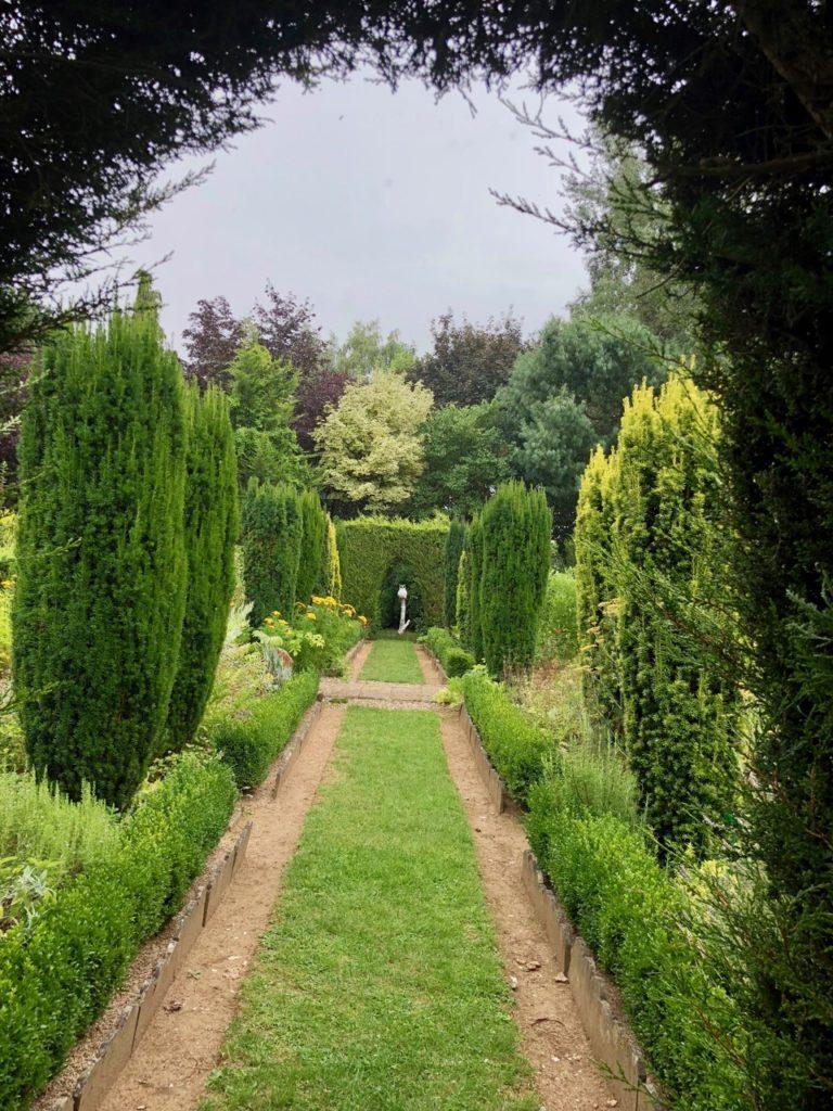 Jardins de Ly Sénarpont Somme - allée avec chouette au bout