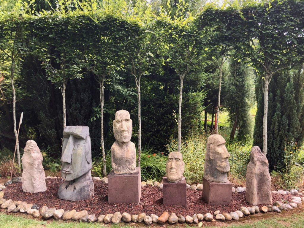 Jardins de MLy Sénarpont Somme - statues de Moaï de l'île de Pâques