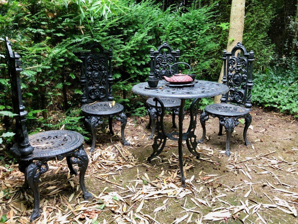 Jardins de Ly Sénarpont Somme - table pour boire thé dans la bambouseraie