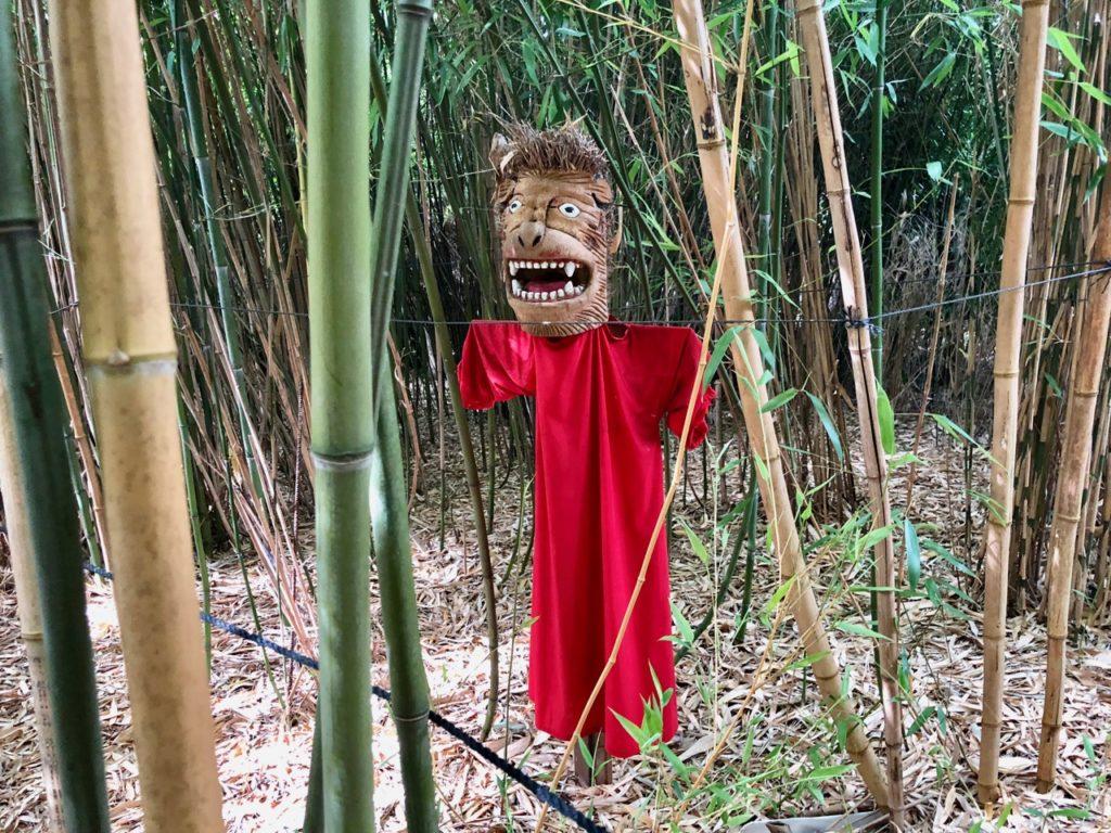 Jardins de Ly Sénarpont Somme - épouvantail dans la bambouseraie