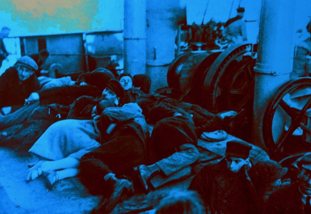 Gdynia Pologne musée émigration - photo ancienne groupe dormant par terre