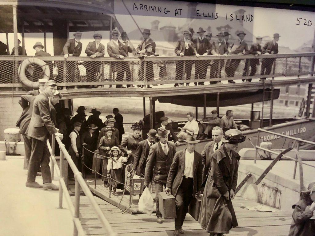 Gdynia-Pologne-musee-emigration-photo-arrivee-ellis-island