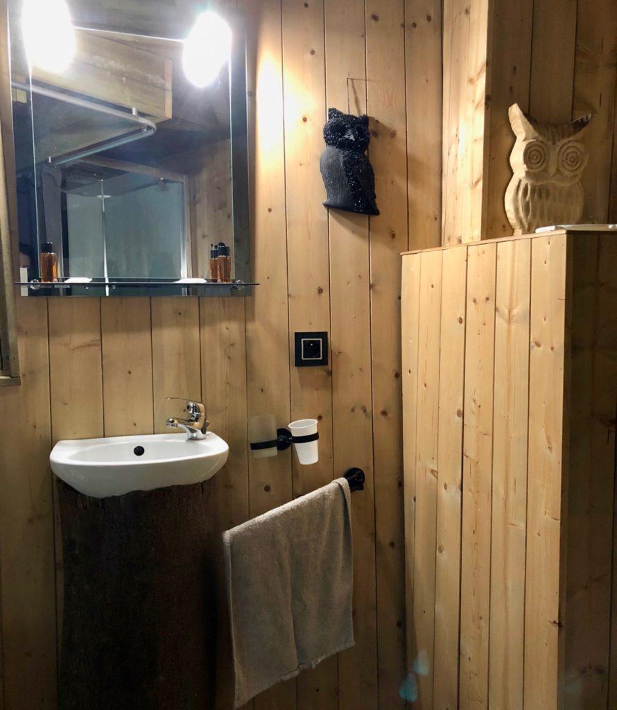Port-le-Grand Chateau des Tilleuls - cabane Le Nid de la Chouette salle de bains lavabo