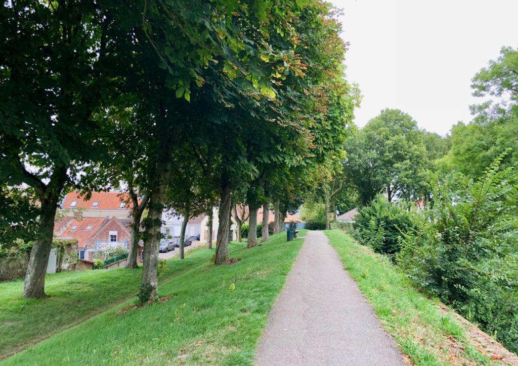 Montreuil-sur-Mer chemin goudronné remparts