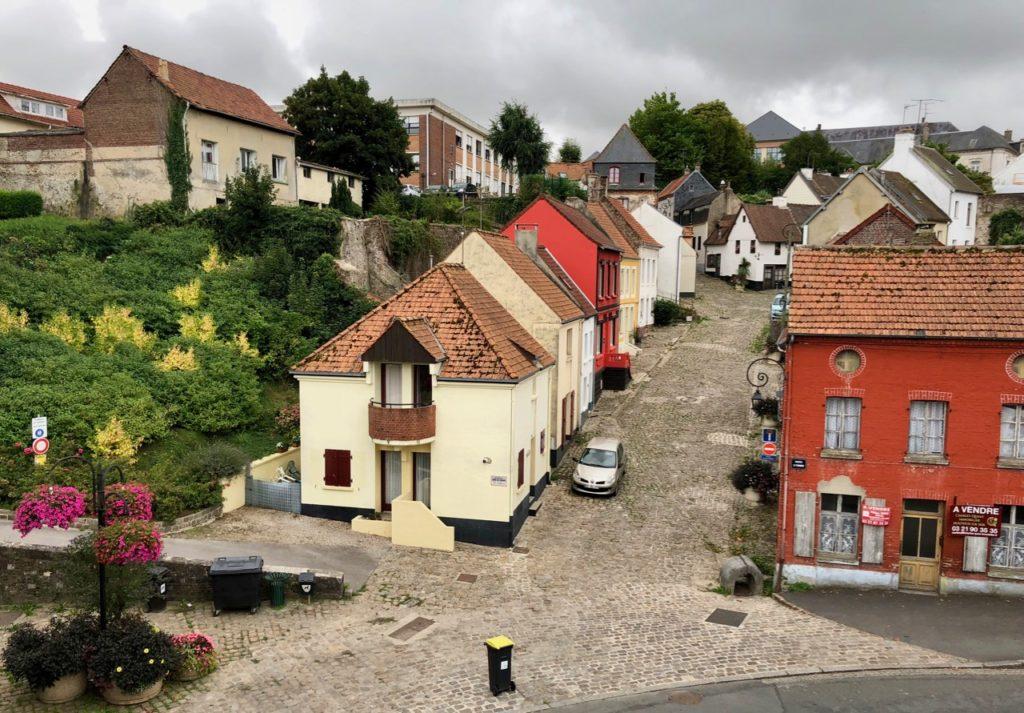 Montreuil-sur-Mer impasse pavée entrée ville