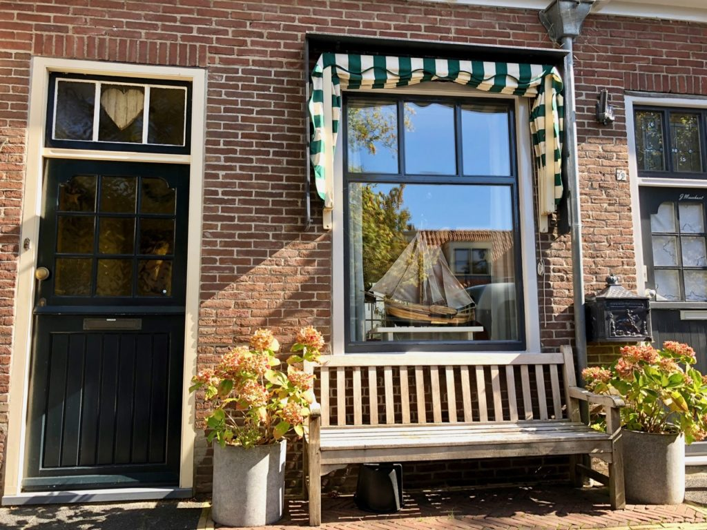 Pays-Bas Enkhuizen - maison Oude Haven avec banc