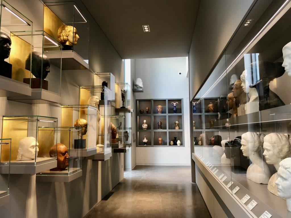 Roubaix La Piscine - galerie sculptures vitrines fond or