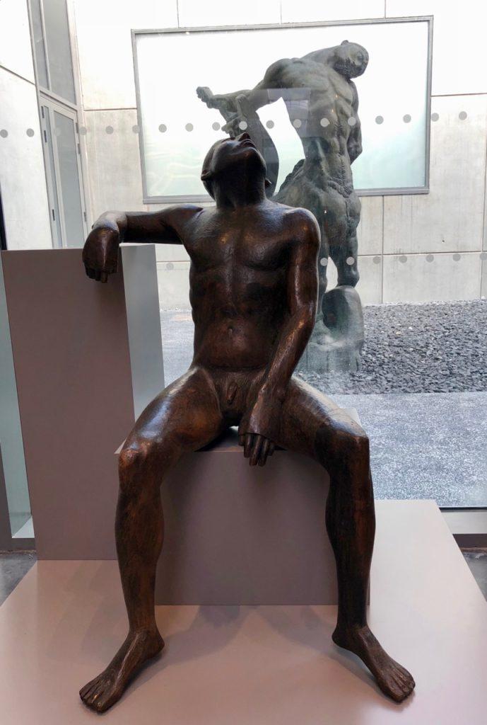Roubaix musée La Piscine - aile sculpture homme assis
