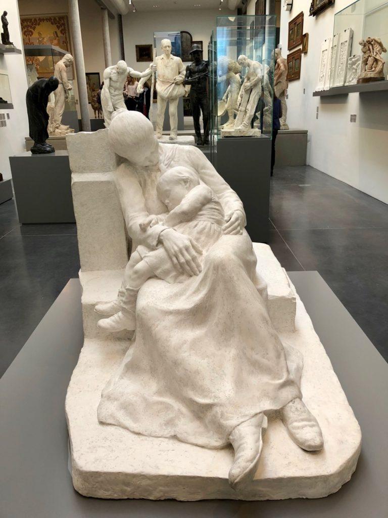 Roubaix musée La Piscine - aile sculpture statue femme enfant
