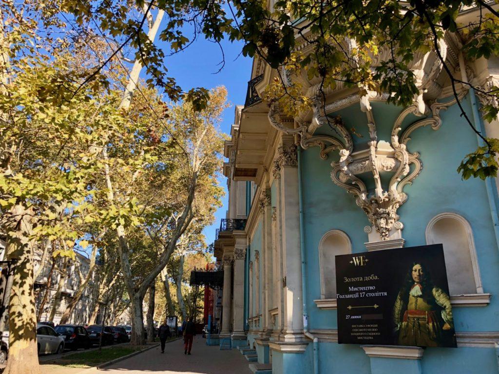 Ukraine-Odessa-facade baroque-bleue